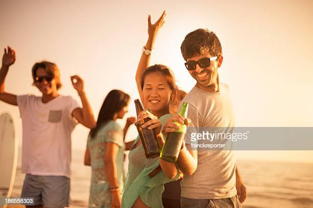 Grupo de amigos, dançar em uma festa de praia Verão