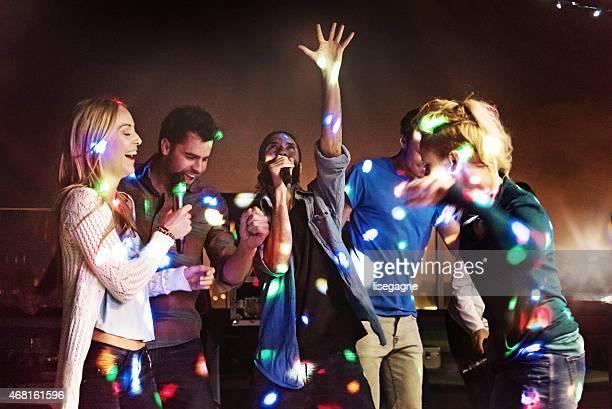 Grupo de amigos haciendo karaoke