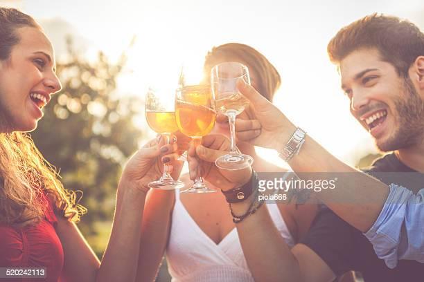 Gruppo di amici, bere vino in allegro momento