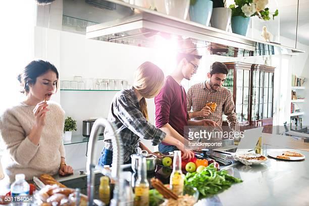 Grupo de amigos, comer na cozinha e a preparação de alimentos