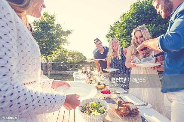 Gruppe von Freunden Essen im Freien.