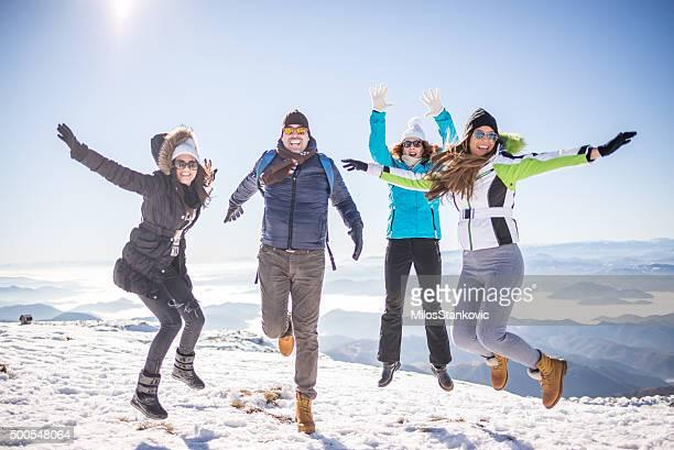 Gruppe von Freunden genießen Sie oben auf die Berge