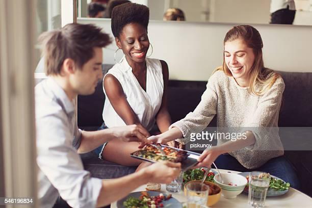 Groupe de vos amis en savourant un déjeuner