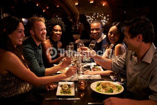 Grupo de amigos desfrutar refeição no restaurante : Foto de stock