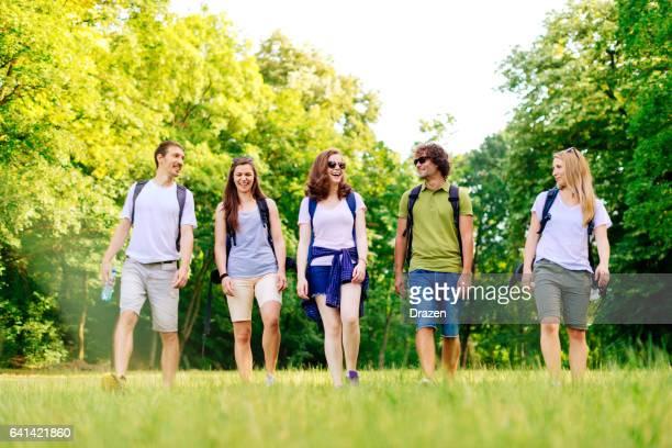 登山、ハイキング、レジャー活動は一緒に楽しんで、自然を楽しんでいる友人のグループ