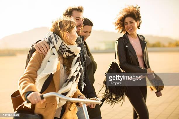 Eine Gruppe von Freunden genießen Sie die Stadt in Barcelona