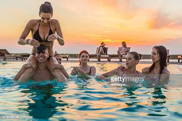 Groupe d'amis de profiter de la fête au bord de la piscine