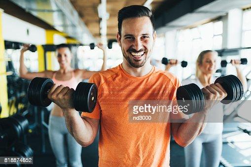 Grupo de amigos juntos ejercicio en gimnasio : Foto de stock
