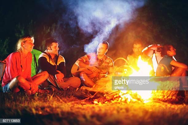 Gruppe von Freunden mit Lagerfeuer.