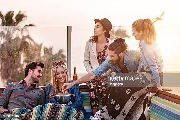 Groupe d'amis à traîner sur le toit