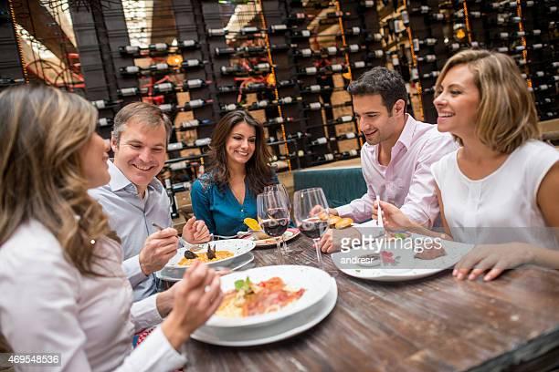Groupe d'amis ayant un dîner dans un restaurant