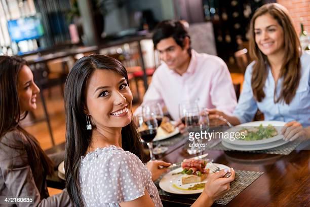 Grupo de amigos ter Jantar