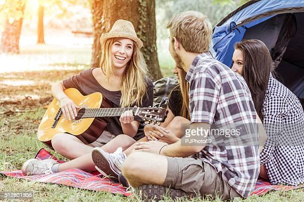 Groupe d'amis s'amusant sur camping