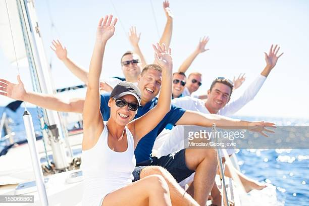 Groupe d'amis s'amusant sur un bateau à voile