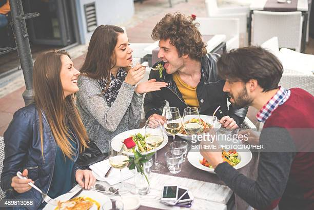 Gruppe von Freunden, ein Mittagessen