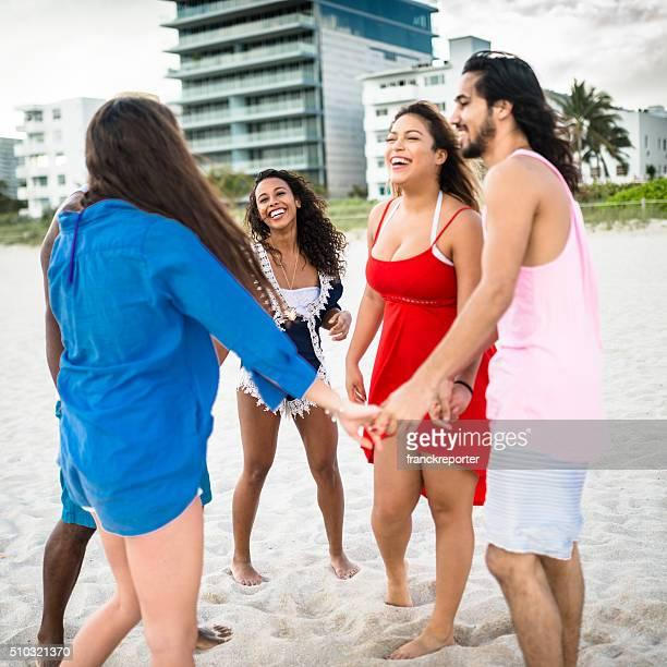 ご友人のグループにはビーチに手をつなぐ