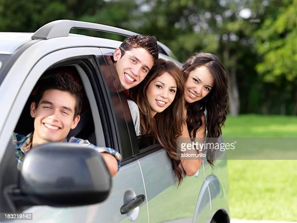 Groupe d'amis dans une voiture