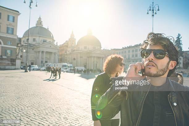 Gruppo di amici in Piazza del Popolo, Roma