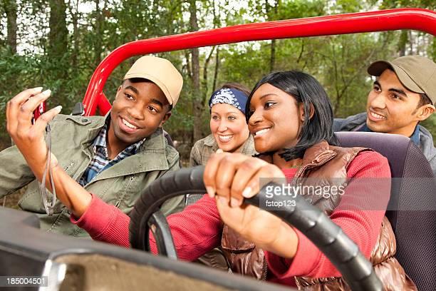 Groupe d'amis en rouge de jeep. Conducteur avec photo.