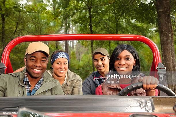 Groupe d'amis en rouge en jeep