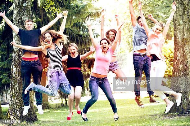 Gruppe von Freunden springt auf den park