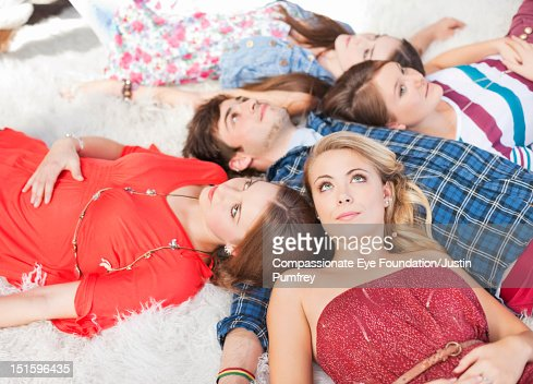 Group of friends lying on rug : Stockfoto