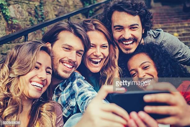 Groupe d'amis faire une autophoto