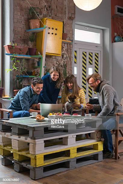 Groupe d'amis de réunion dans un café moderne de l'intérieur