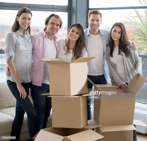 Groupe d'amis se déplacer