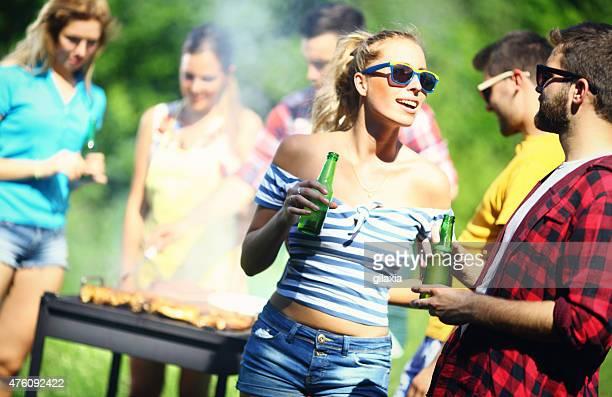 Grupo de amigos en una barbacoa picnic.