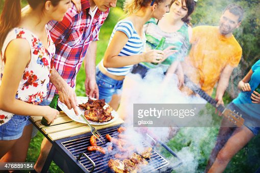 Groupe d'amis sur un barbecue pique-nique.