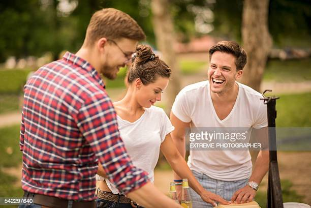 Gruppe von Freunden auf ein barbecue-Picknickbereich