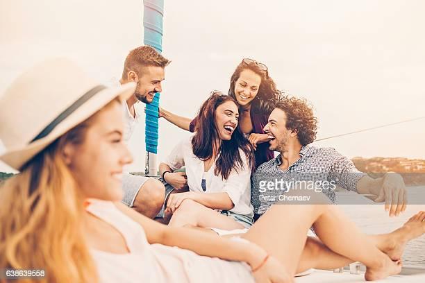 Gruppe von Freunden auf einer yacht