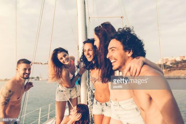 Groep vrienden op een jacht