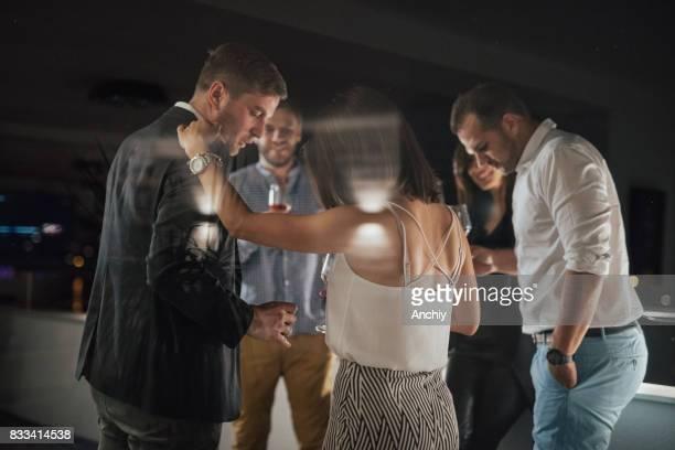 Groupe d'amis sur le balcon de l'alcool