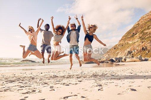 Gruppo di amici divertirsi sulla spiaggia : Foto stock