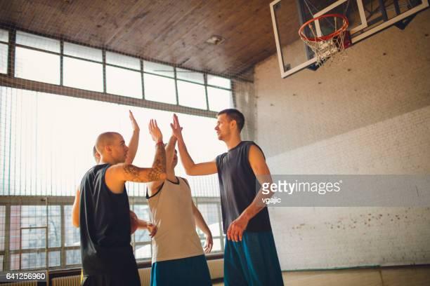 Gruppe von Freunden spielen basketball
