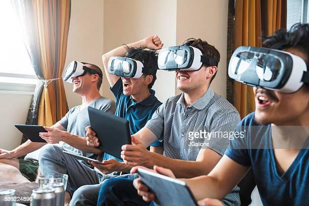 Eine Gruppe von Freunden spielen mit Technologien wie headsets für virtuelle Realität