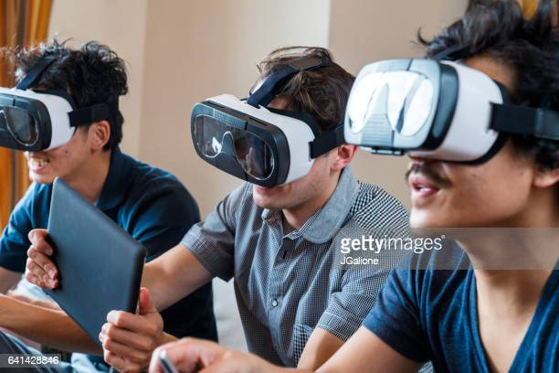 仮想現実ゲームを一緒に遊んでいる友人のグループ