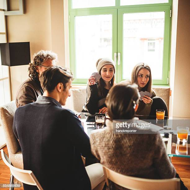 Grupo de amigos relajante en su casa jugando Unión