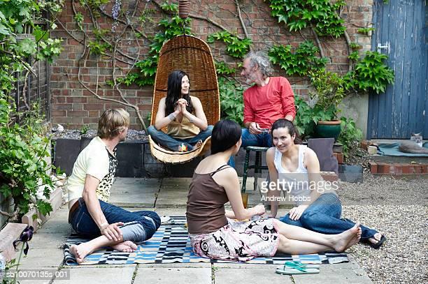 Gruppe von Freunden im courtyard