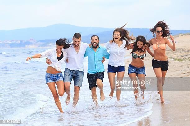 Grupo de amigos na praia em execução