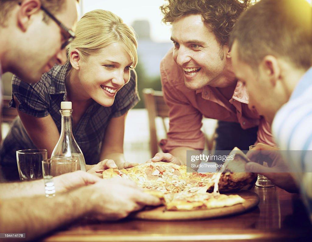 Groupe d'amis de partager une pizza : Photo