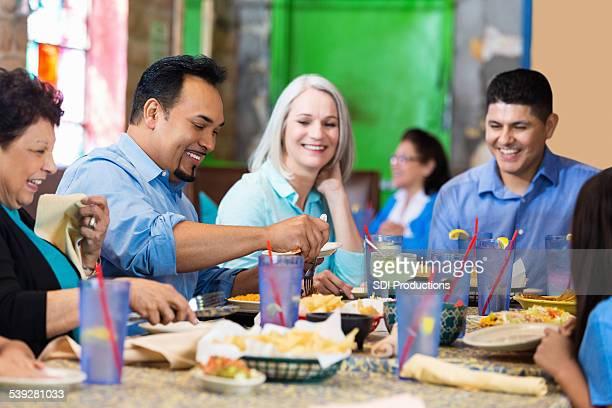 Groupe d'amis partage des chips et de la sauce au restaurant Tex-Mex