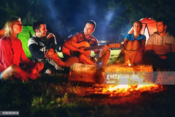 Gruppe von Freunden Singen von Lagerfeuer.