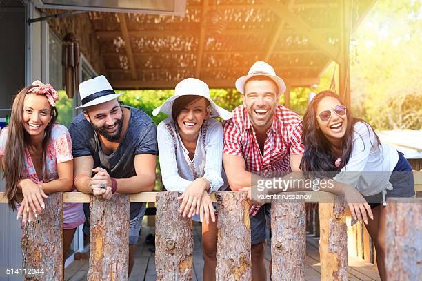 Groupe de amis souriant, regardant la caméra