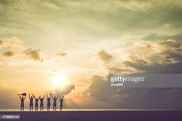 Grupo de amigos escancarados no mar