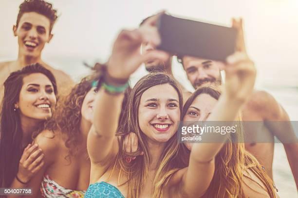 Groupe d'amis prendre un selfie au bord de la mer