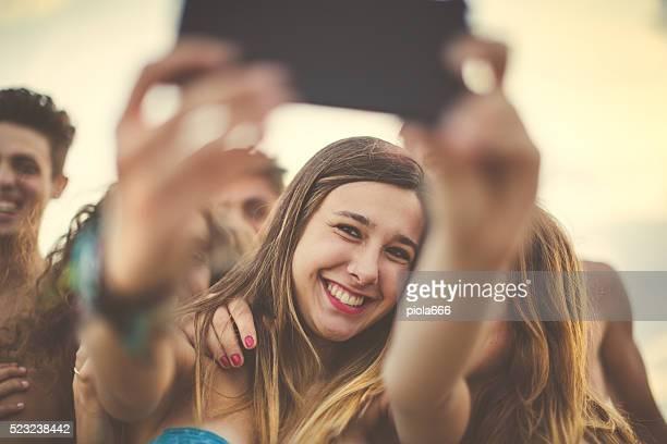Gruppo di amici fare un selfie sul mare