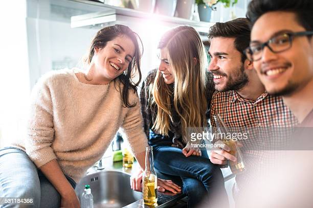 Groupe de vos amis prendre un selfie durant la fête